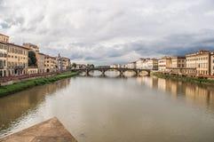 河和桥梁在佛罗伦萨 免版税图库摄影
