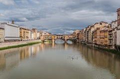 河和桥梁在佛罗伦萨 库存图片
