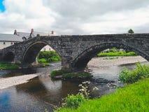 河和桥梁在Llranrwst 免版税库存照片