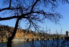 河和桥梁的好的看法 免版税库存照片