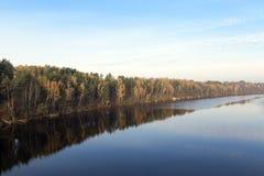 河和森林在秋天 免版税图库摄影