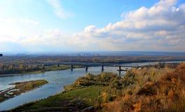 河和森林在秋天 库存照片