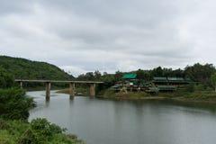 河和森林有山的 免版税库存图片