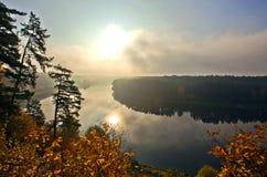 河和森林秋天风景的 图库摄影