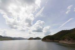 河和森林 免版税库存照片