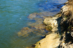 河和河岸在一个晴天 库存照片