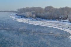 河和海岸早期的冬天 免版税库存照片