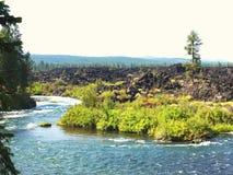 河和熔岩岩石 免版税库存照片