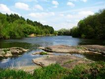 河和石头在前景 免版税库存图片