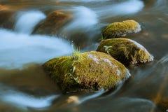 河和石头 免版税库存照片