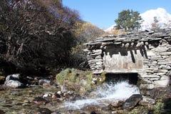 河和磨房房子 免版税库存图片