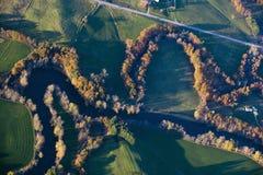 河和秋天树鸟瞰图在奥古斯塔,缅因附近的 免版税图库摄影