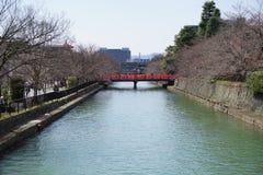 河和红色桥梁,京都,日本 免版税库存图片