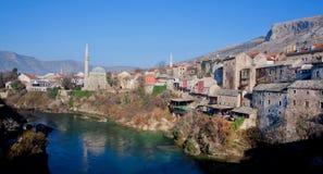 河和老城市的全景 库存图片