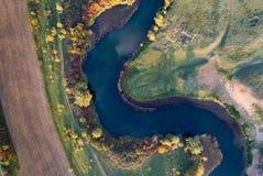 河和自然顶视图在秋天 免版税库存照片