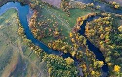 河和自然顶视图在秋天 库存照片