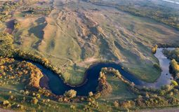 河和自然顶视图在秋天 免版税库存图片