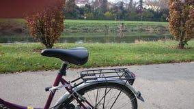 河和自行车的风景在一个图象 免版税图库摄影