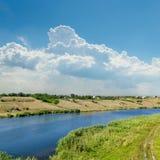 河和蓝色多云天空 库存图片