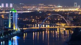 河和被阐明的桥梁timelapse从屋顶在晚上在阿斯塔纳 哈萨克斯坦首都 影视素材