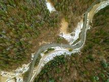 河和雪在云杉的森林鸟瞰图 免版税库存照片