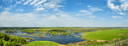 洪水 河和领域在一个晴朗的春日 图库摄影