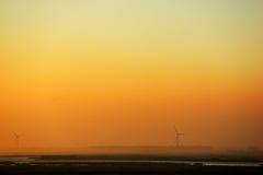 河和风车在黎明 库存照片