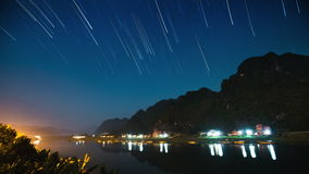 河和满天星斗的天空的Timelapse 股票录像