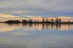 河在一个早期的冬天早晨 免版税库存照片