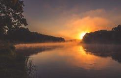 河在与薄雾的黎明 免版税库存图片