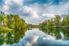 河在公园在蓝天和白色云彩下 库存图片