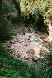河在关岛峡谷,克拉斯诺达尔疆土,俄罗斯 高加索山脉的山河的床 免版税库存照片