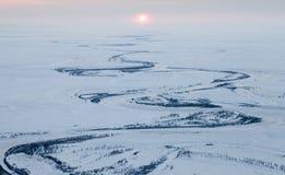 河在冬天寒带草原,顶视图 库存图片