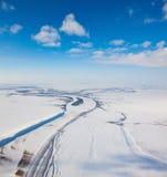 河在冬天寒带草原从上面 免版税图库摄影