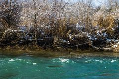 河在冬天 风雨如磐的河急流  33c 1月横向俄国温度ural冬天 免版税库存照片