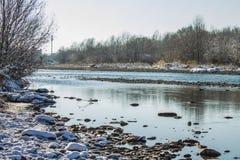 河在冬天 风雨如磐的河急流  33c 1月横向俄国温度ural冬天 库存照片