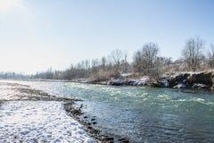 河在冬天 风雨如磐的河急流  33c 1月横向俄国温度ural冬天 免版税库存图片