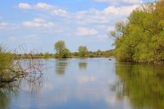 河在反对蓝天的一个晴朗的春日 自然的横向 库存图片