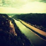 河在多雨夜以后,雾云彩震动水面上的水平和河岸 秋天风景,在天际的破晓 交通锂 免版税图库摄影