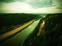 河在多雨夜以后,雾云彩震动水面上的水平和河岸 秋天风景,在天际的破晓 交通锂 库存照片