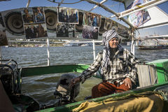 河在尼罗省,开罗,埃及的出租汽车司机 库存照片