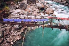 河在有祷告旗子的桥梁下 库存照片
