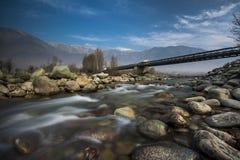 河在桥梁下 免版税库存图片