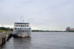 河在码头的游轮 免版税库存照片