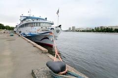 河在码头的游轮 库存图片