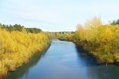 河在秋天天 免版税库存图片
