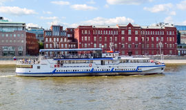 河在莫斯科河的游轮 库存图片