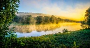 河在黎明,黄灯 免版税库存图片