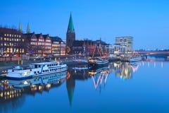 河在黄昏的Beremn市 图库摄影
