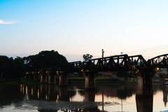 河在Kanchaburi的Kwai桥梁在泰国 免版税库存照片